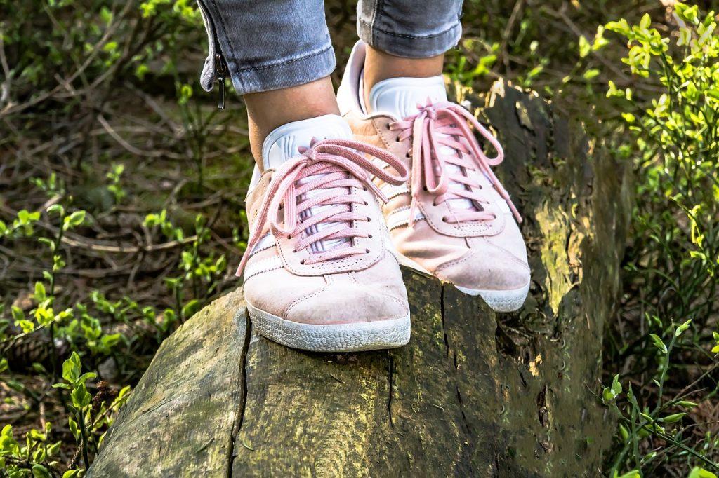 Lähikuva kengistä, nuori kävelemässä polulla. Tästä Ammattipolku -sivun Opiskelijat ja huoltajat -osioon.